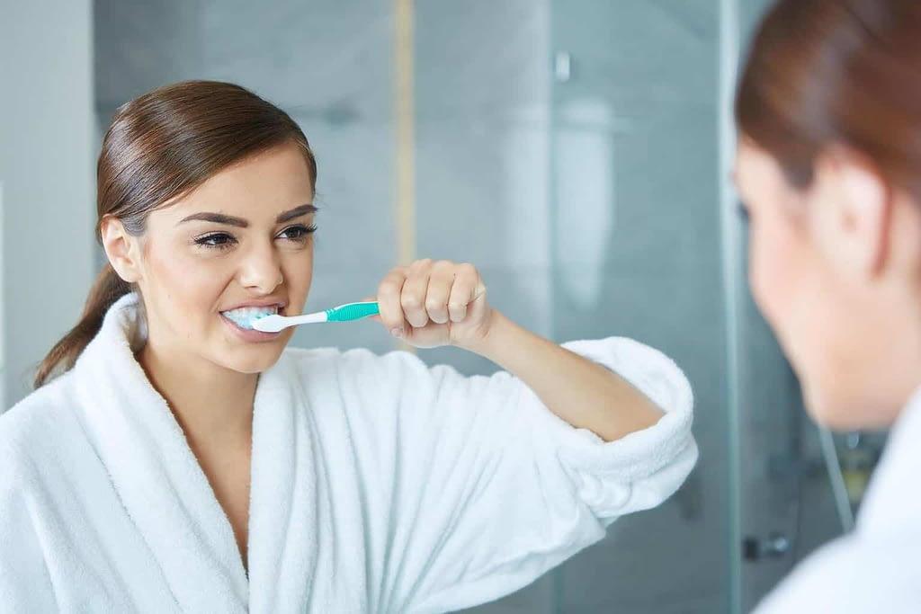 lady-brushing-her-teeth